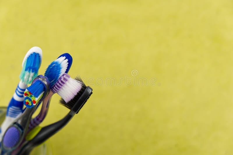 Οδοντόβουρτσες σε γυαλί σε κίτρινο φόντο - κοντινή όψη στοκ φωτογραφία με δικαίωμα ελεύθερης χρήσης