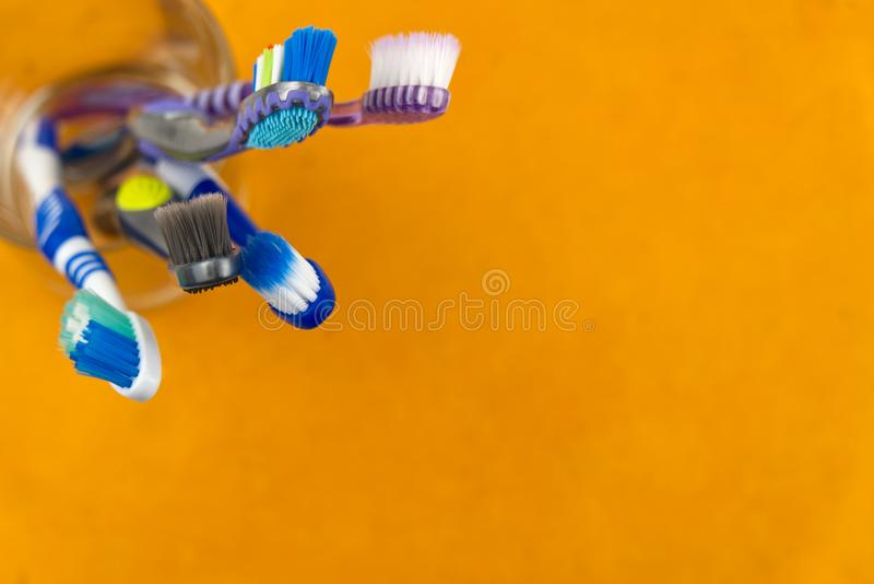 Οδοντόβουρτσες σε γυαλί σε πορτοκαλί φόντο - κοντινή όψη στοκ φωτογραφία με δικαίωμα ελεύθερης χρήσης