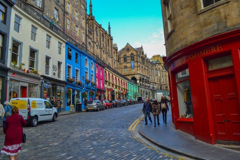 Οδός Βικτώριας στην παλαιά πόλη, Εδιμβούργο, Σκωτία Χρωματισμένη οδός στοκ εικόνα