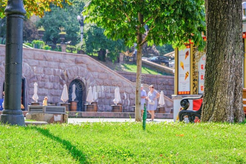 Οδός θερινής εικονικής παράστασης πόλης στο κέντρο του Κίεβου στοκ εικόνες