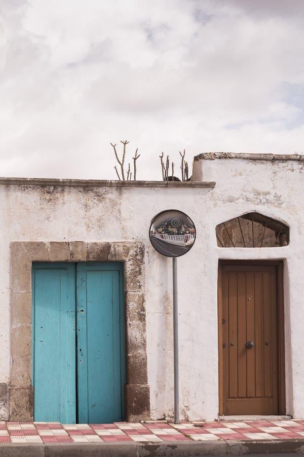 Οδός και ένα σπίτι με την μπλε ξύλινη πόρτα στοκ εικόνες