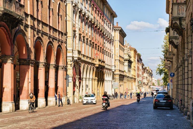 Οδός και κτήρια με τα arcades επάνω μέσω της κοιλάδας Indipendenza Μπολόνια στοκ εικόνα με δικαίωμα ελεύθερης χρήσης