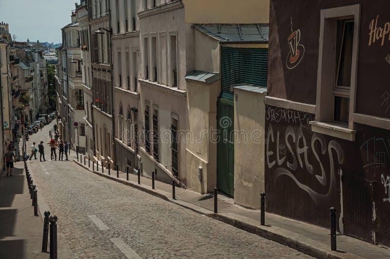 Οδός κλίσεων Montmartre's με τα ημιαποσπασμένα κτήρια στην αργά το απόγευμα ηλιόλουστη ημέρα στο Παρίσι στοκ εικόνα με δικαίωμα ελεύθερης χρήσης