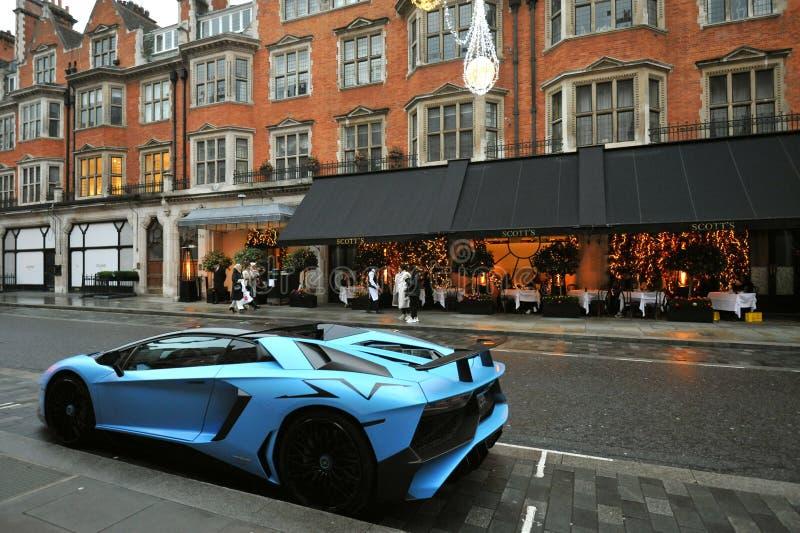 Οδός Λονδίνου στο Mayfair με ένα πολυτελές αυτοκίνητο μπροστά από ένα εστιατόριο στοκ φωτογραφίες με δικαίωμα ελεύθερης χρήσης