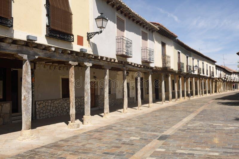 Οδός με τα arcades Ampudia, Tierra de Campos, Palencia provi στοκ φωτογραφία