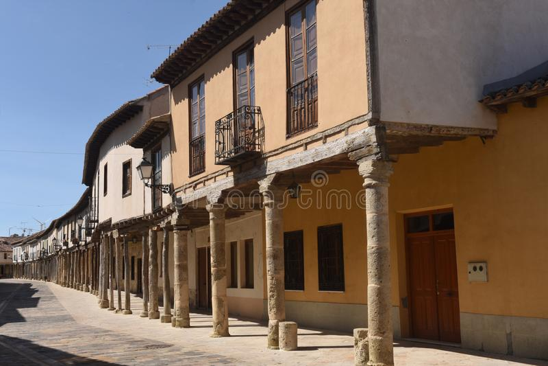 Οδός με τα arcades Ampudia, Tierra de Campos, Palenciia prov στοκ εικόνα