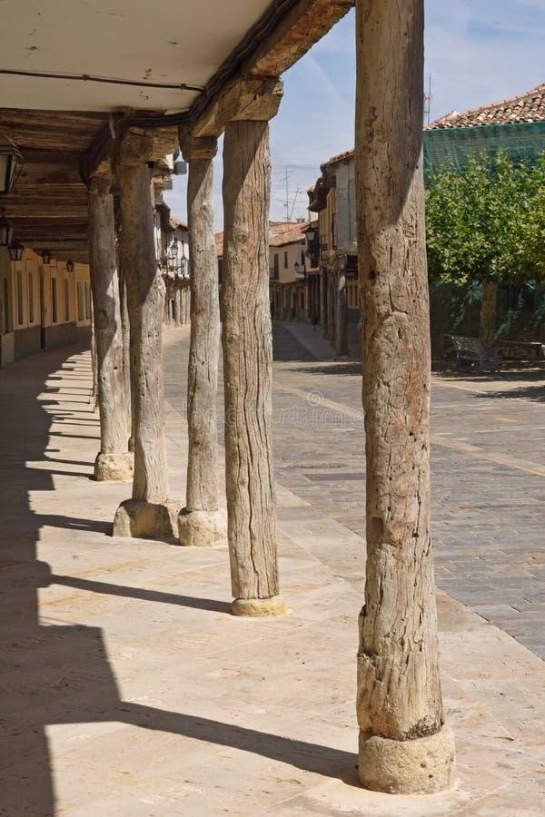 Οδός με τα arcades Ampudia, Tierra de Campos, Palenciia prov στοκ εικόνες
