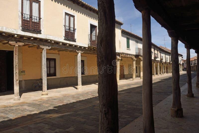 Οδός με τα arcades Ampudia, Tierra de Campos, Palenciia prov στοκ εικόνα με δικαίωμα ελεύθερης χρήσης