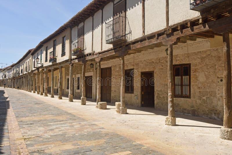 Οδός με τα arcades Ampudia, Tierra de Campos, Palenciia prov στοκ εικόνες με δικαίωμα ελεύθερης χρήσης