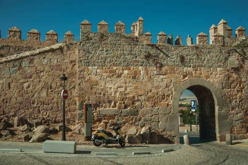 Οδός με την ανοικτή πύλη στον τοίχο πόλεων Avila στοκ φωτογραφίες