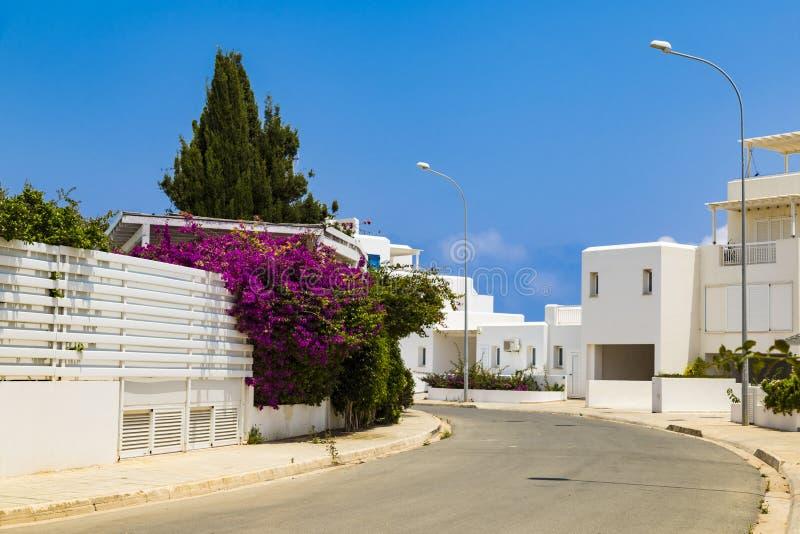 Οδός με τις άσπρες βίλες Νησί της Κύπρου στοκ φωτογραφίες
