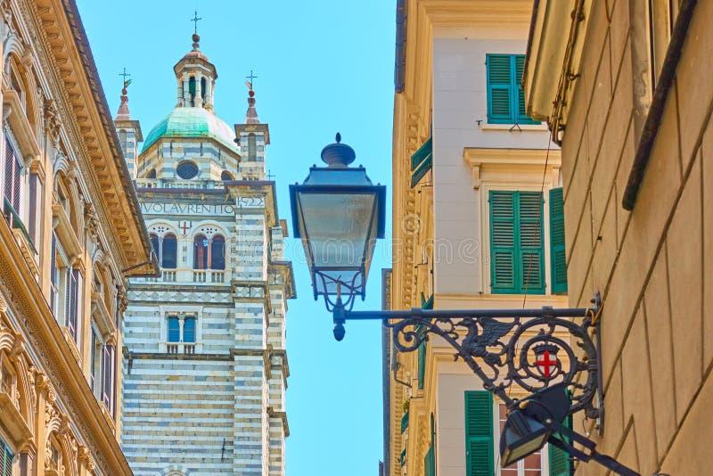 Οδός με τον παλαιό φωτεινό σηματοδότη κοντά στο Di Γένοβα Duomo στοκ φωτογραφίες με δικαίωμα ελεύθερης χρήσης
