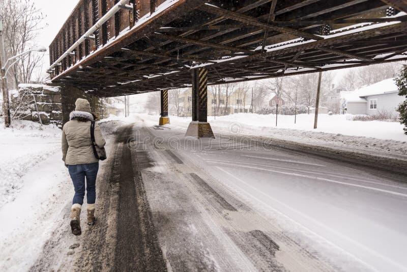 Οδός με το χιόνι στην πόλη Saco, Μαίην στοκ φωτογραφία με δικαίωμα ελεύθερης χρήσης
