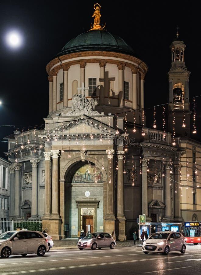 Οδός νύχτας της πόλης του Μπέργκαμο με το φωτισμό Χριστουγέννων και της παλαιάς εκκλησίας σε ένα υπόβαθρο στοκ φωτογραφία με δικαίωμα ελεύθερης χρήσης
