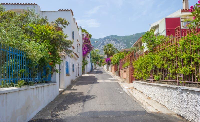 Οδός στην πόλη Cala Gonone στη Σαρδηνία στον ήλιο στοκ εικόνες
