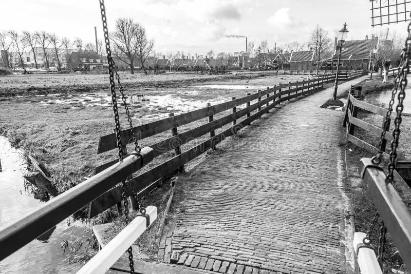 Οδός στο χωριό Zaanstad το φθινόπωρο, οι Κάτω Χώρες στοκ εικόνες