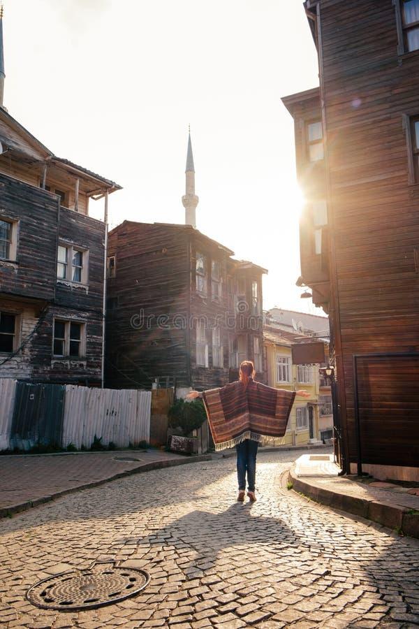 Οδός της Ιστανμπούλ με την παλαιά αρχιτεκτονική και νέο θηλυκό στο ηλιοβασίλεμα στοκ εικόνες