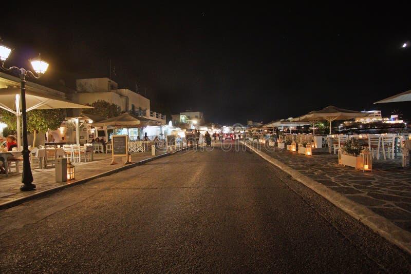 Οδός τουριστών τη νύχτα σε Parikia στο νησί Paros, Κυκλάδες στοκ φωτογραφίες
