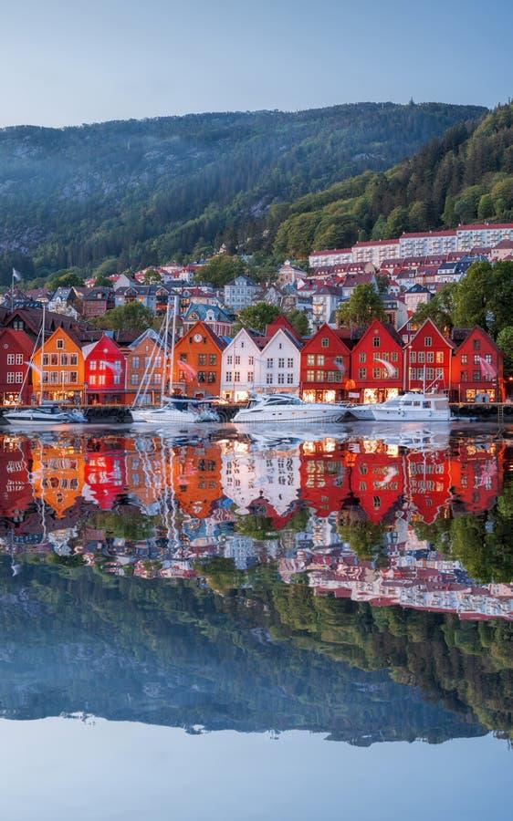 Οδός του Μπέργκεν τη νύχτα με τις βάρκες στη Νορβηγία, περιοχή παγκόσμιων κληρονομιών της ΟΥΝΕΣΚΟ στοκ φωτογραφίες