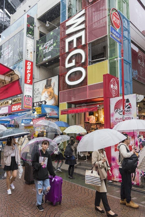 Οδός Τόκιο Takeshita δυνατής βροχής των ιαπωνέζων στοκ φωτογραφία με δικαίωμα ελεύθερης χρήσης