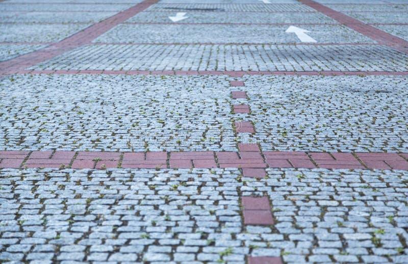 Οδός Cobble stone με κόκκινες γραμμές στοκ φωτογραφία