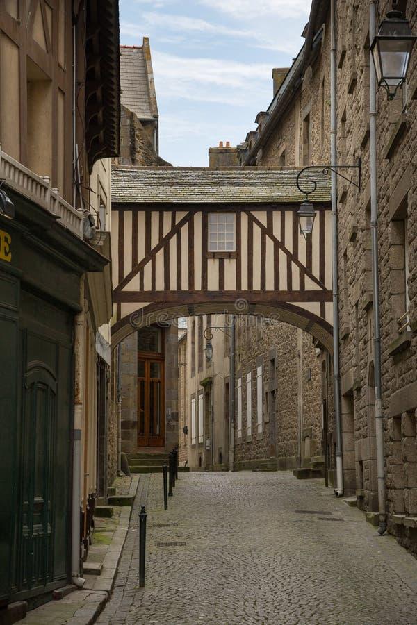 Οδός Cobbled στην όμορφη περιτοιχισμένη παλαιά πόλη του ST Malo, Βρετανός στοκ εικόνα με δικαίωμα ελεύθερης χρήσης