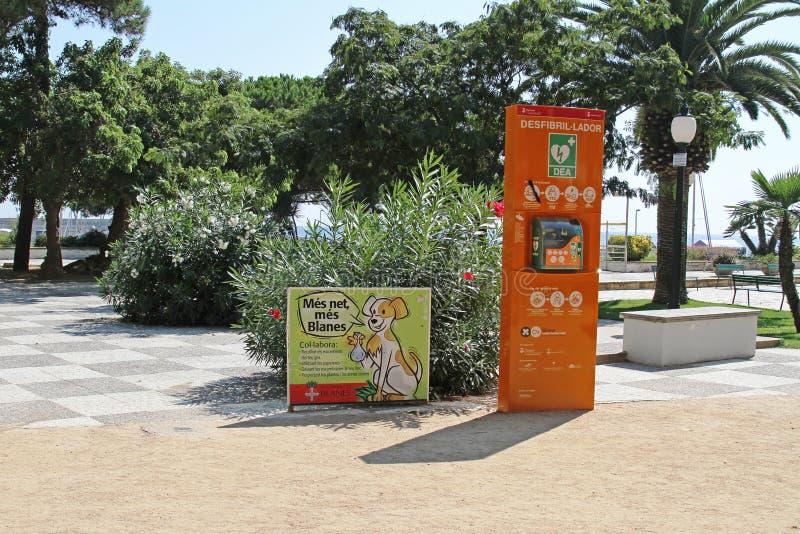 Οδός defibrillator και αφίσα για τον καθαρισμό των περιττωμάτων για τα σκυλιά Blanes στοκ φωτογραφία με δικαίωμα ελεύθερης χρήσης