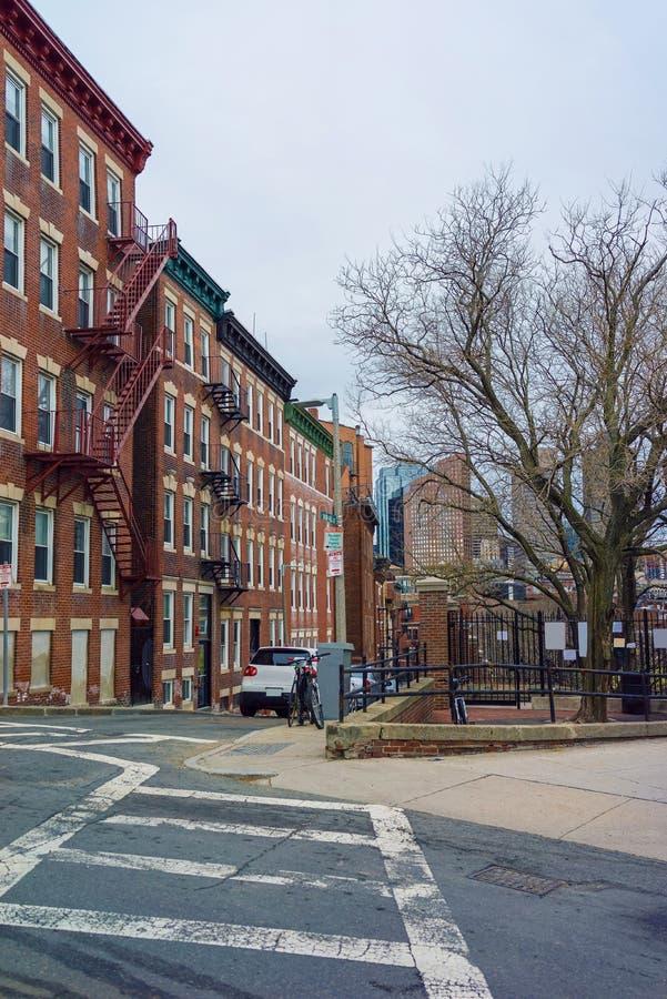 Οδός Hill χιονιού στη γειτονιά βόρειων τελών στη Βοστώνη στοκ εικόνα