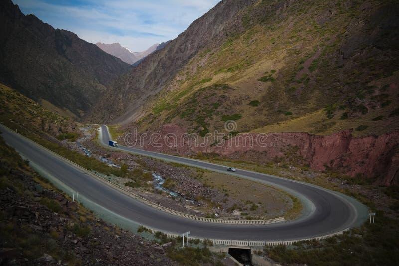 Οδός Serpentine στο πέρασμα Too-Ashuu και ποταμός Kara Balta και κοιλάδα, περιοχή Chuy του Κιργιζιστάν στοκ φωτογραφίες