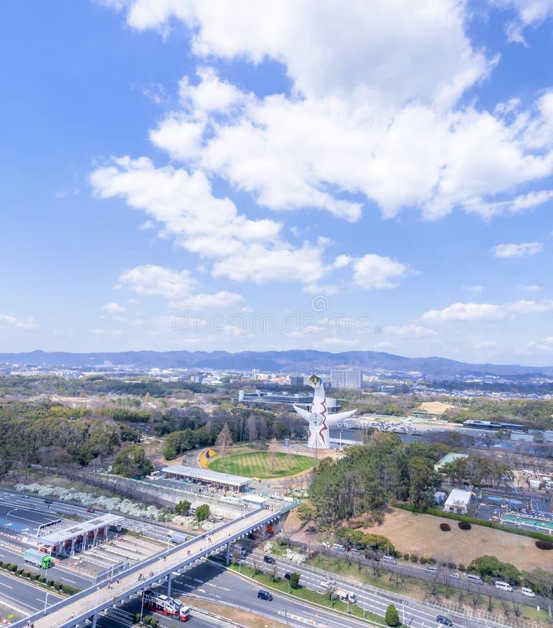 """Οζάκα, Ιαπωνία - Μάρτιος 26, 2019: Η εναέρια άποψη του πύργου του ήλιου, Taiyo αριθ., EXPO """"70 στον εορτασμό Suita EXPO σταθμεύει στοκ φωτογραφία με δικαίωμα ελεύθερης χρήσης"""
