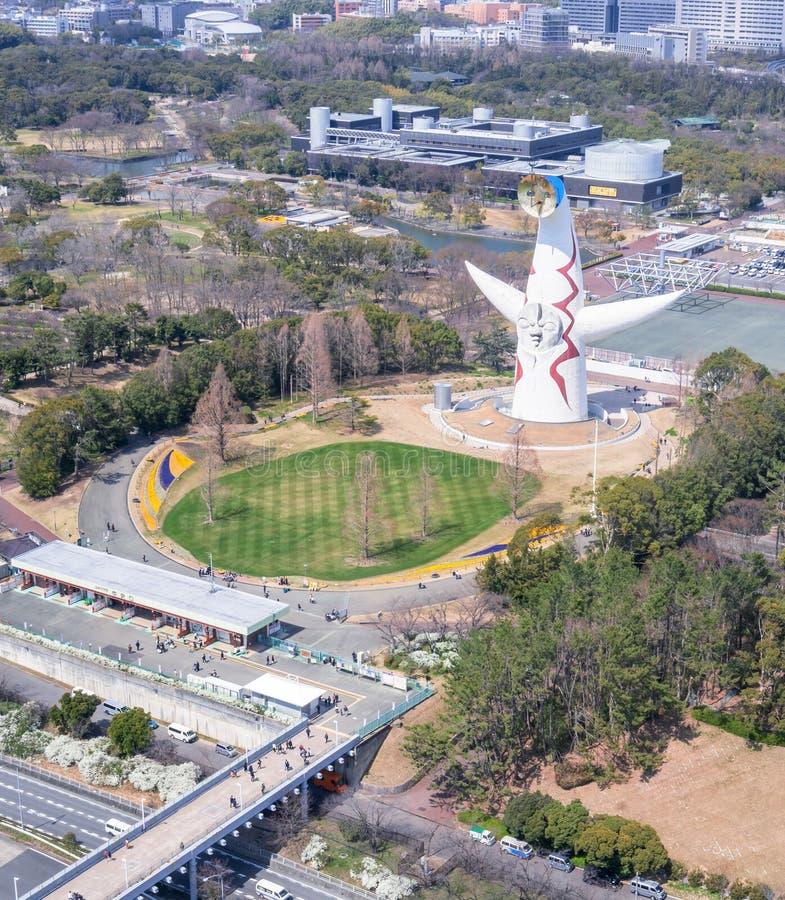 """Οζάκα, Ιαπωνία - Μάρτιος 26, 2019: Η εναέρια άποψη του πύργου του ήλιου, Taiyo αριθ., EXPO """"70 στον εορτασμό Suita EXPO σταθμεύει στοκ εικόνες"""