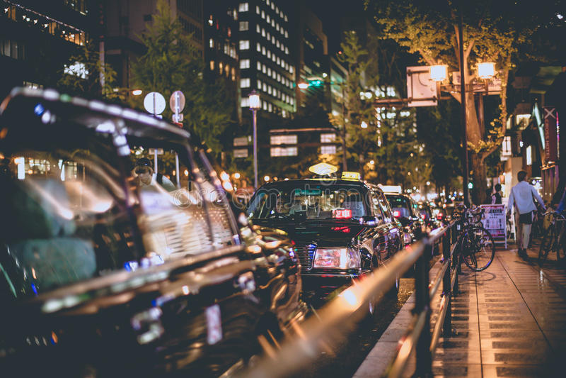 Οζάκα, Ιαπωνία - 7 Νοεμβρίου 2015 μαύρη διάταξη ταξί βραδινής βάρδιας στη σειρά αναμονής στο shinsaibashi κέντρων της πόλης, Οζάκ στοκ φωτογραφία με δικαίωμα ελεύθερης χρήσης