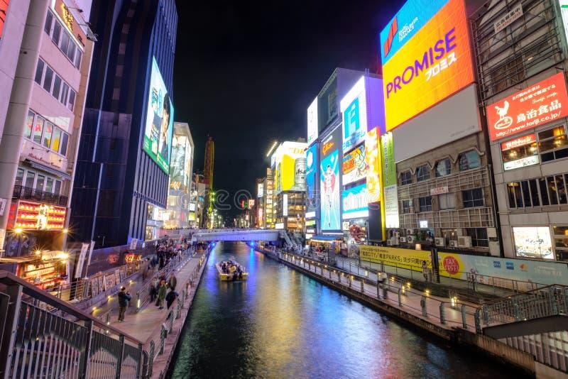 Οζάκα, Ιαπωνία - 11 Νοεμβρίου 2017: Τουρίστες που ταξιδεύουν και κρουαζιέρας δραστηριότητα σκαφών με τον πίνακα διαφημίσεων σημαδ στοκ εικόνες με δικαίωμα ελεύθερης χρήσης
