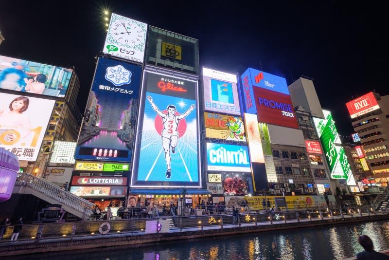 Οζάκα, Ιαπωνία - 11 Νοεμβρίου 2017: Το μεγάλο ελαφρύ σημάδι πινάκων διαφημίσεων ατόμων Glico και άλλες ελαφριές επιδείξεις διαφημ στοκ εικόνες με δικαίωμα ελεύθερης χρήσης