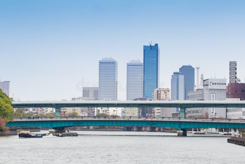 ΟΖΑΚΑ, ΙΑΠΩΝΙΑΣ - 13.2015 ΝΟΕΜΒΡΙΟΥ γέφυρα πέρα από τον ποταμό Okawa με να ενσωματώσει το φθινόπωρο μεταξύ της επιχειρησιακής ζών στοκ φωτογραφίες με δικαίωμα ελεύθερης χρήσης