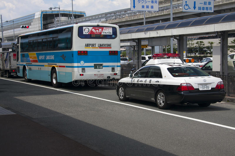 ΟΖΑΚΑ, ΙΑΠΩΝΙΑ - 10 ΑΥΓΟΎΣΤΟΥ: Λεωφορείο και περιπολικό της Αστυνομίας Limousine αερολιμένων στο Ο στοκ φωτογραφία