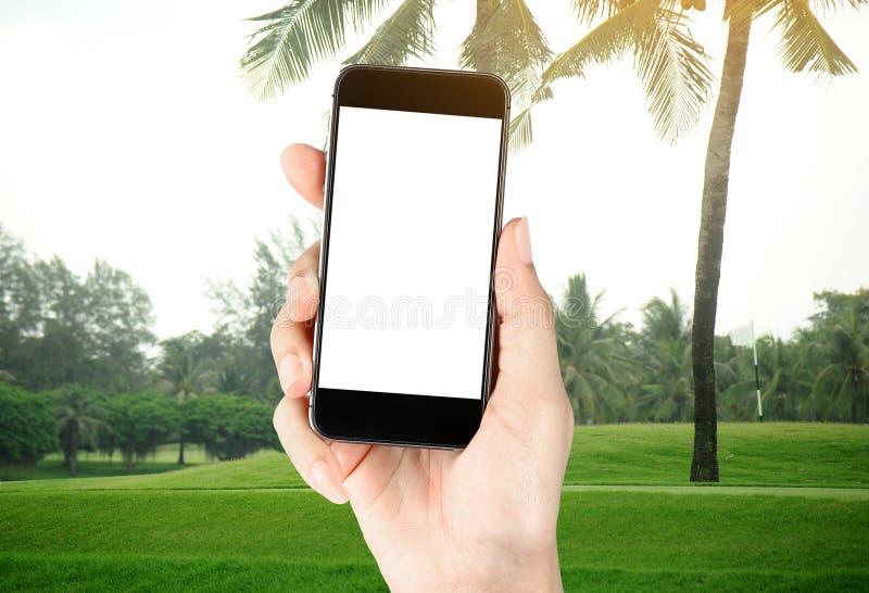 Οθόνη αφής υπό εξέταση, ταμπλέτα στο γκολφ κλαμπ - μαλακό υπόβαθρο θαμπάδων στοκ φωτογραφίες με δικαίωμα ελεύθερης χρήσης