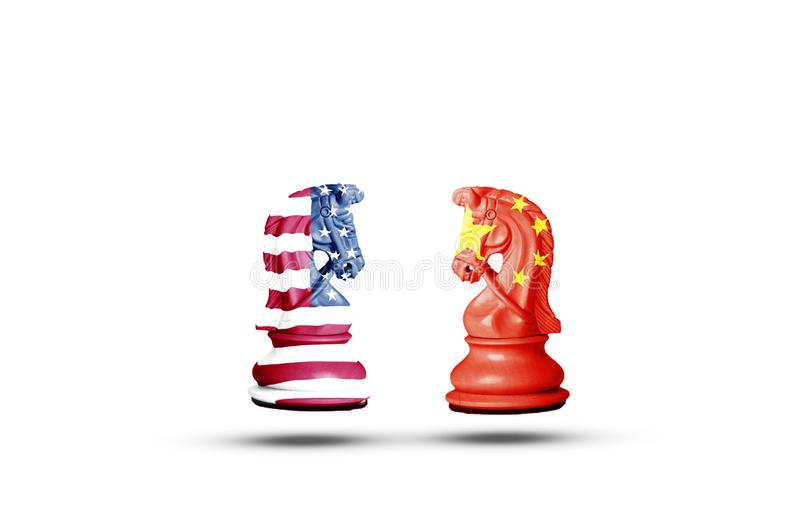 Οθόνη εκτύπωσης σημαίας ΗΠΑ και Κίνας σε σκάκι αλόγων με λευκό φόντο Είναι σύμβολο των οικονομικών δασμών του εμπορίου των φορολο στοκ φωτογραφία με δικαίωμα ελεύθερης χρήσης