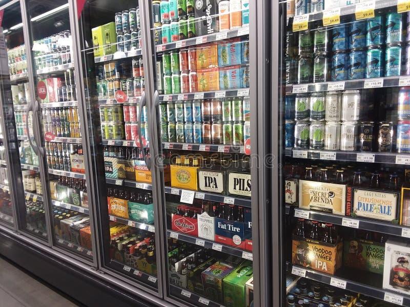 Οθόνη ψυγείου μπύρας και υγρού μέσα σε παντοπωλείο στοκ εικόνες