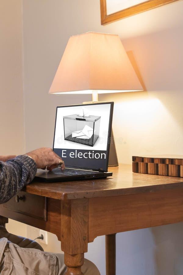 Οθόνη lap-top σε μια περιοχή της μακρινής ψηφοφορίας, ηλεκτρονική ψηφοφορία στοκ φωτογραφίες με δικαίωμα ελεύθερης χρήσης