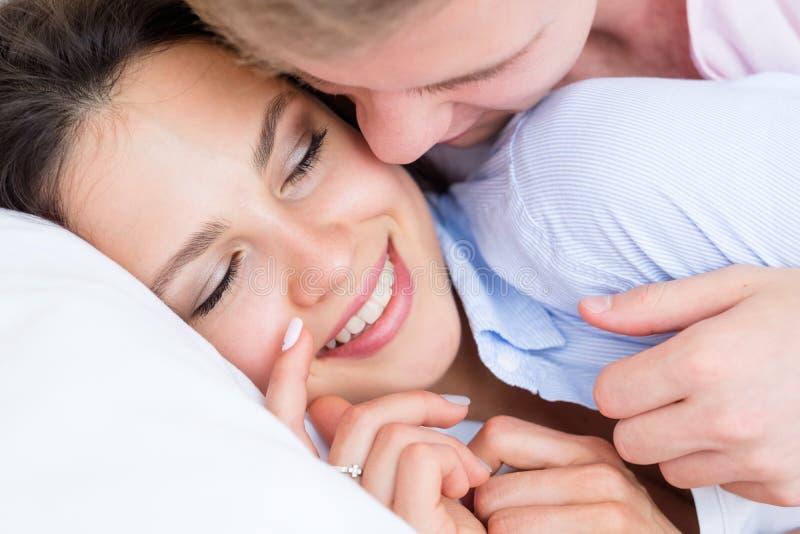Οικείος ελεύθερος χρόνος επικοινωνίας ζευγών αγάπης ψιθύρου στοκ εικόνες