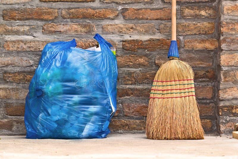 Οικιακή σκούπα για τον καθαρισμό πατωμάτων και την τσάντα απορριμάτων στοκ εικόνα με δικαίωμα ελεύθερης χρήσης