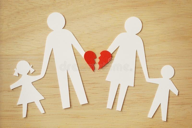 Οικογένεια αλυσίδων εγγράφου που αποκόπτει με τη σπασμένη καρδιά - χωρίστε και έσπασε στοκ εικόνες