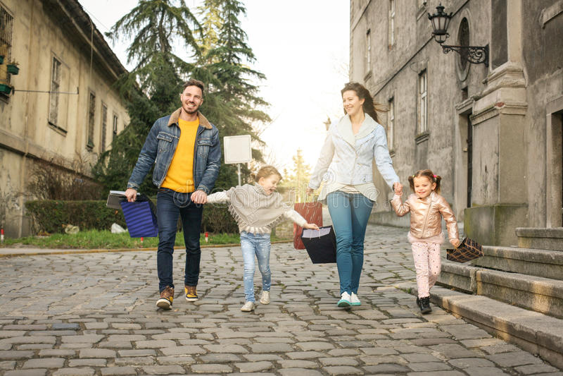 οικογένεια ανασκόπησης που απομονώνεται πέρα από το λευκό αγορών στοκ εικόνες