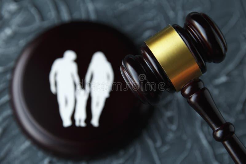 Οικογένεια διακοπής και ζωηρόχρωμες επιστολές σχετικά με την παιδί-επιτήρηση και το οικογενειακό νόμο concep στοκ φωτογραφίες