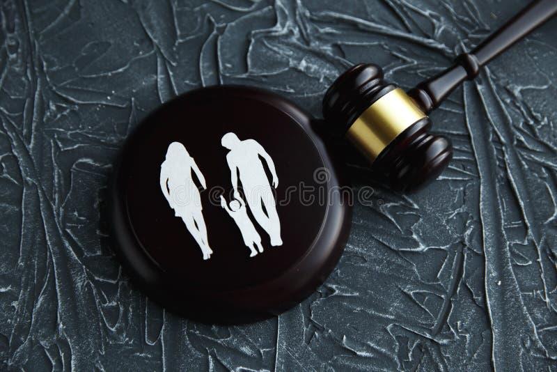 Οικογένεια διακοπής και ζωηρόχρωμες επιστολές σχετικά με την παιδί-επιτήρηση και το οικογενειακό νόμο concep στοκ φωτογραφία με δικαίωμα ελεύθερης χρήσης
