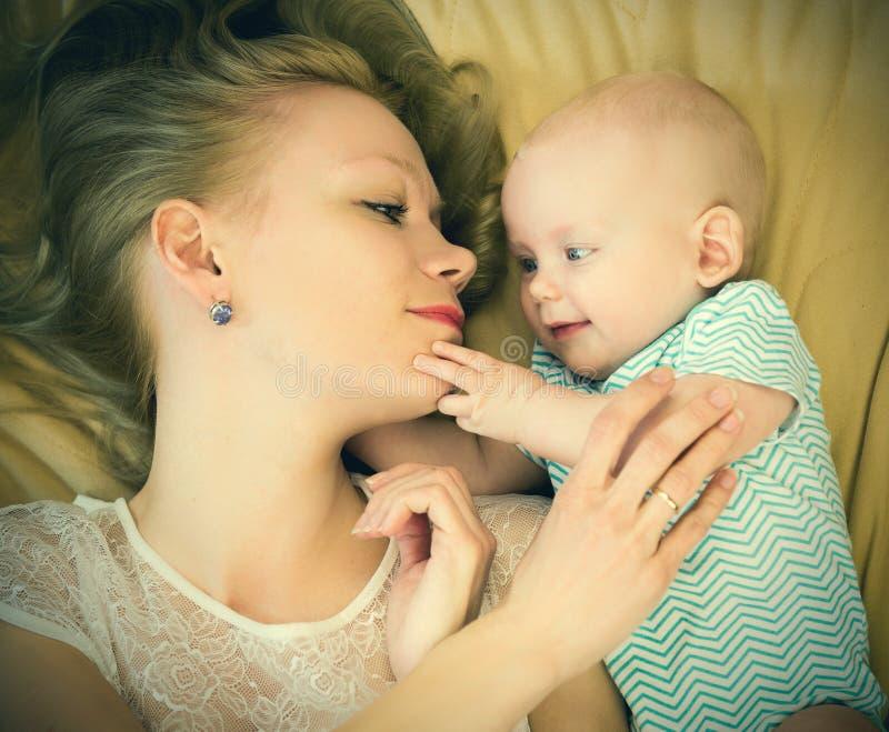 οικογένεια ευτυχής μητέρα που βάζει με το μωρό της στοκ εικόνα με δικαίωμα ελεύθερης χρήσης