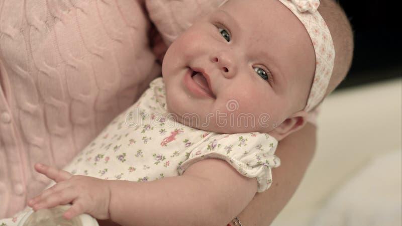οικογένεια ευτυχής Μια νέα μητέρα και ένα μωρό σε ετοιμότητα στοκ εικόνες με δικαίωμα ελεύθερης χρήσης