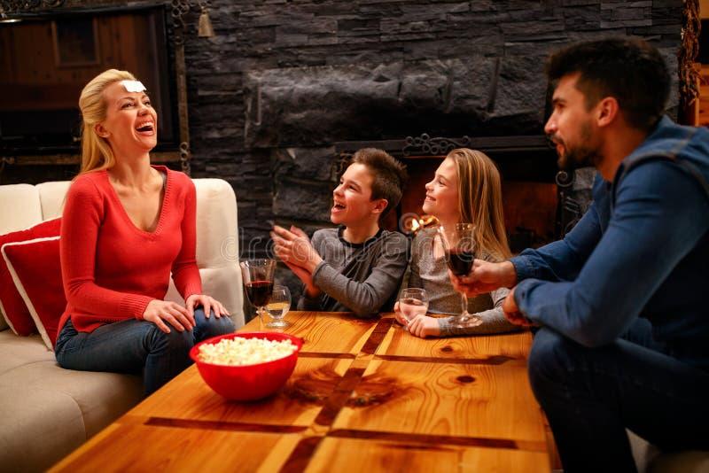 οικογένεια ευτυχής Πατέρας, μητέρα και παιδιά που παίζουν ένα παιχνίδι στοκ φωτογραφία