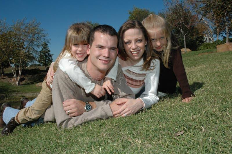 Download οικογένεια ευτυχής στοκ εικόνα. εικόνα από ομάδα, φθινοπώρου - 1539345